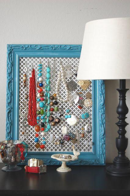 Porta Joyas con marco azul adornado con aretes y collares