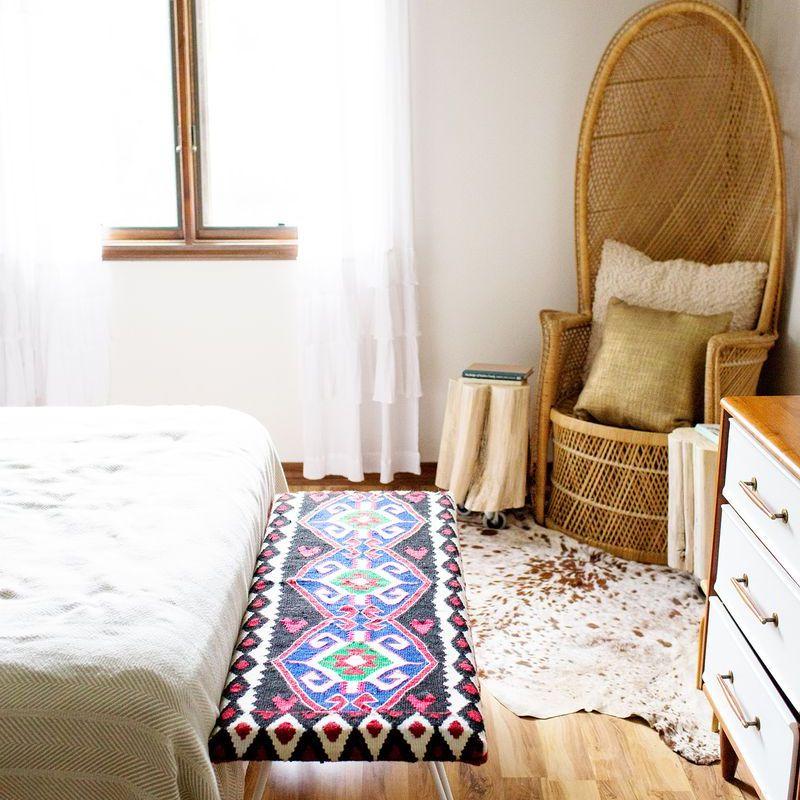 Un dormitorio con un banco colorido