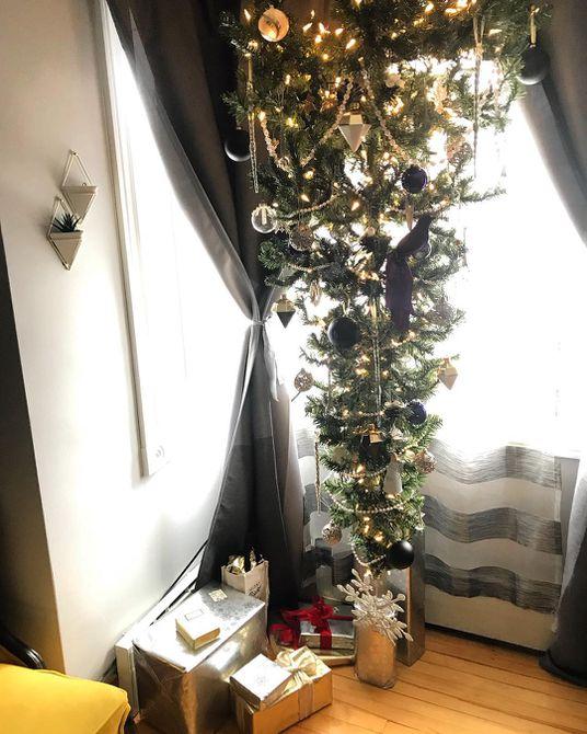 Árbol de Navidad al revés en blanco y negro