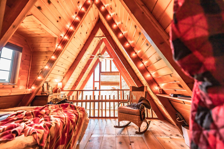 habitación en la casa del árbol A-Frame