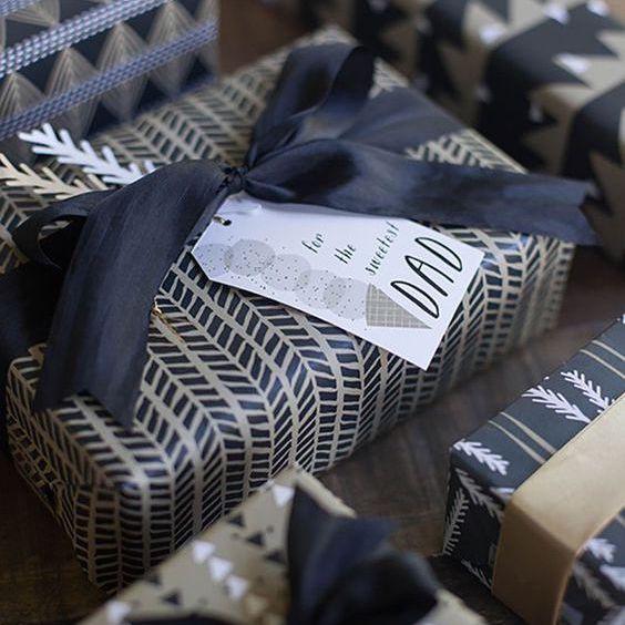 Una variedad de regalos con decoración moderna papel de regalo