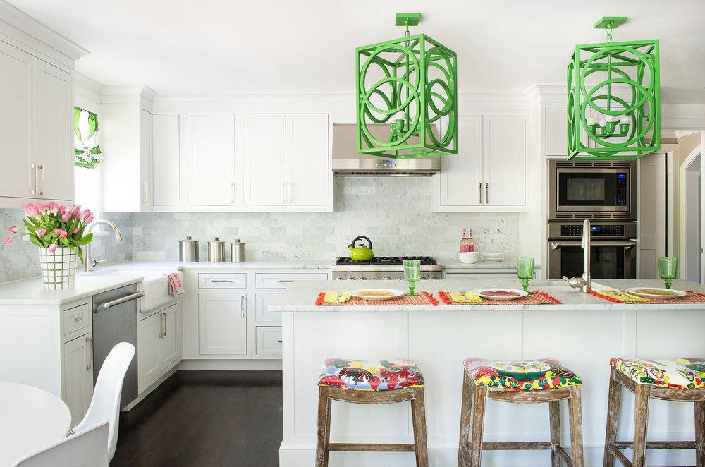 Acentos verdes en el techo de una cocina blanca