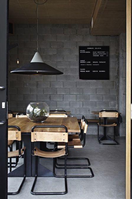 Comedor negro con luz colgante y mesa de madera natural , 8 comedores negros con estilo espeluznante