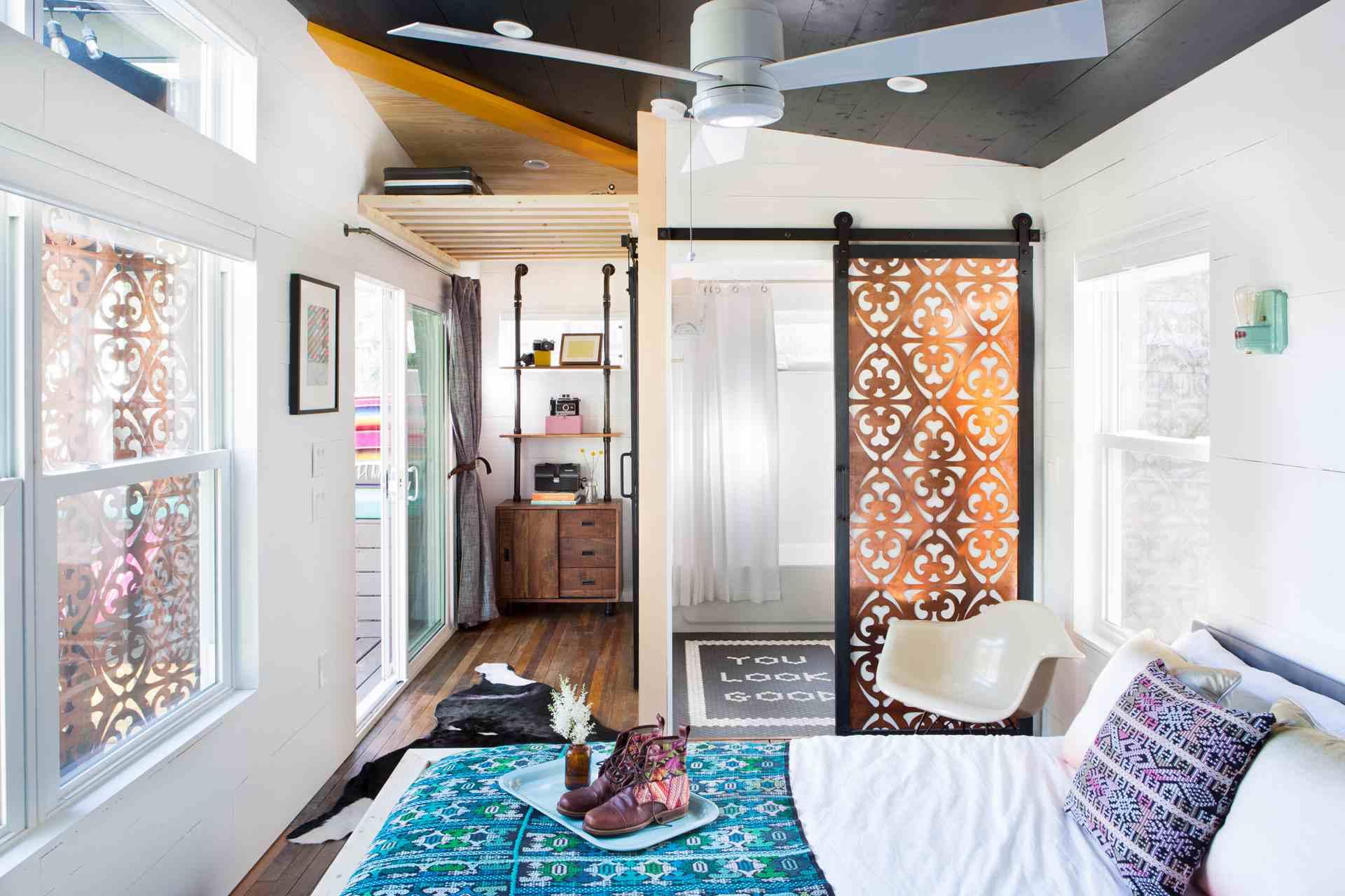 sala de estilo bohemio con alfombras múltiples