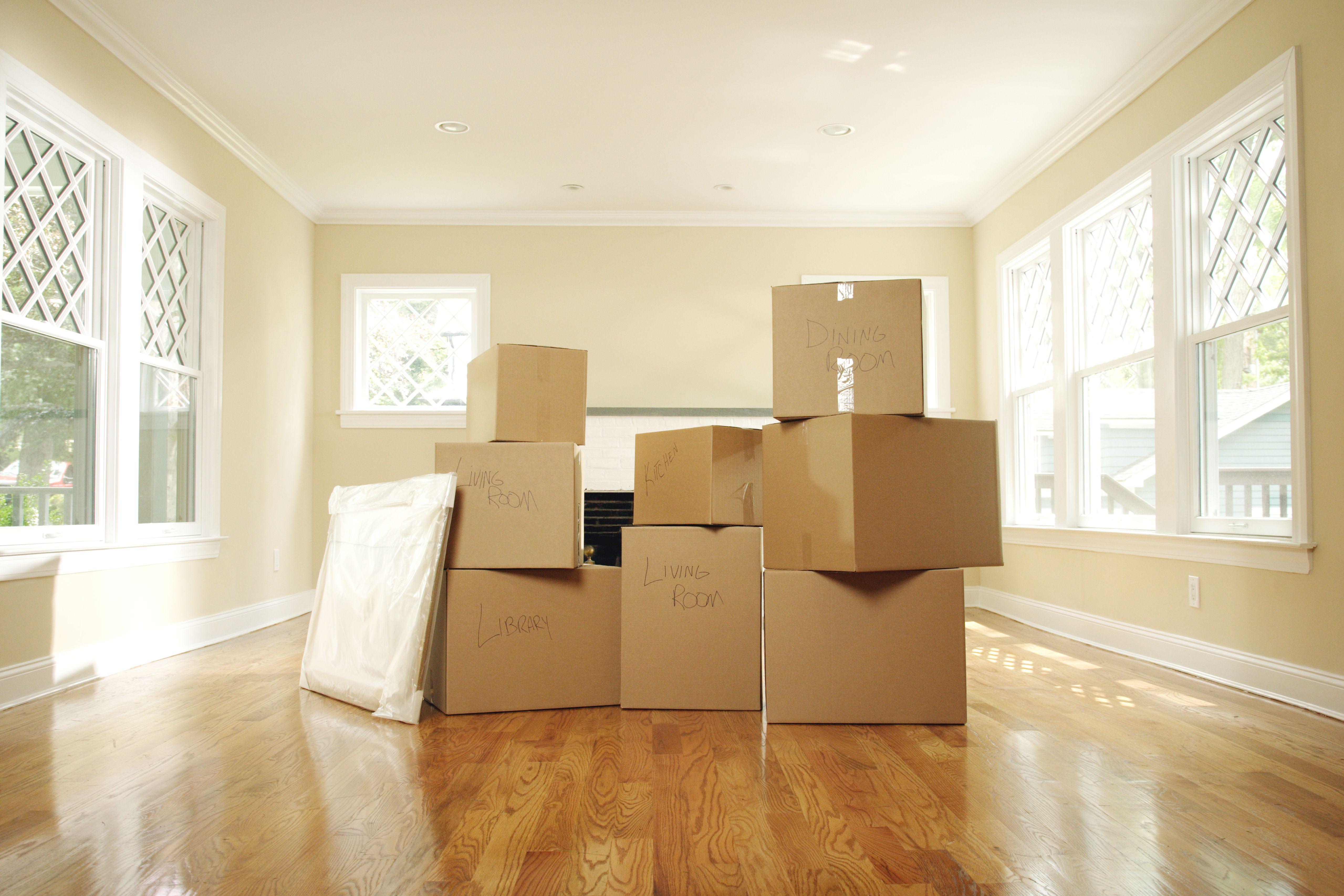 Sala de estar vacía con cajas