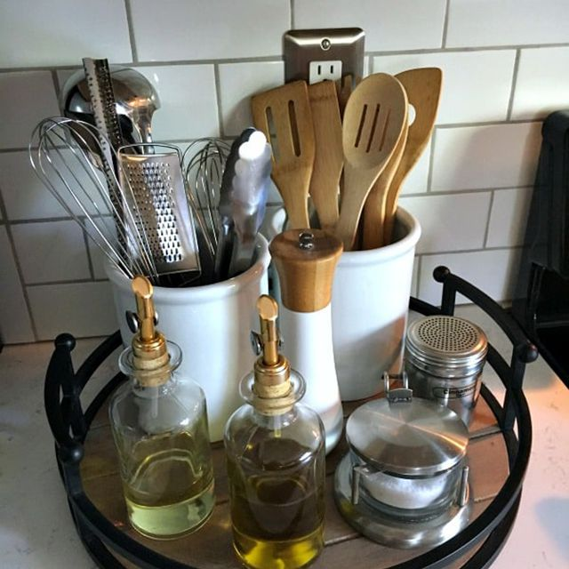 Kitchen turntable with utensil holders