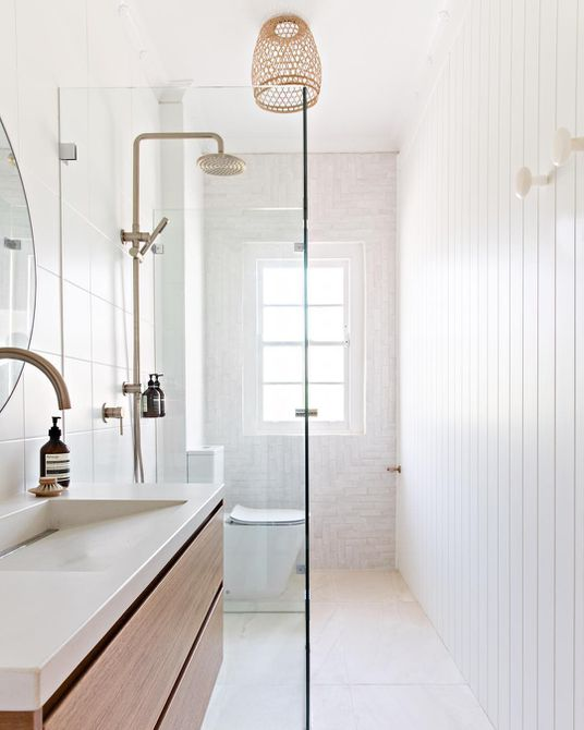 Baño blanco con lavabo de concreto blanco