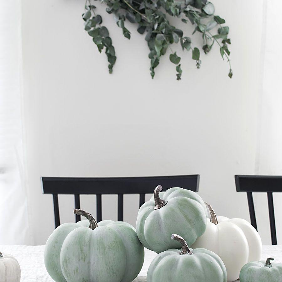 Colgar eucalipto sobre una mesa