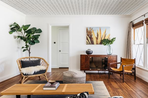 Decroated living spce with wooden furniture and white and gray patterned ceiling wallpaper