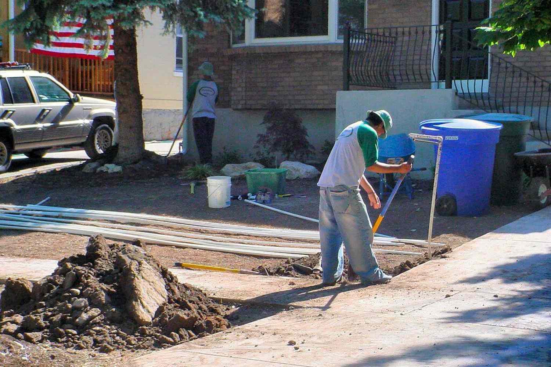 trabajadores en el patio delantero