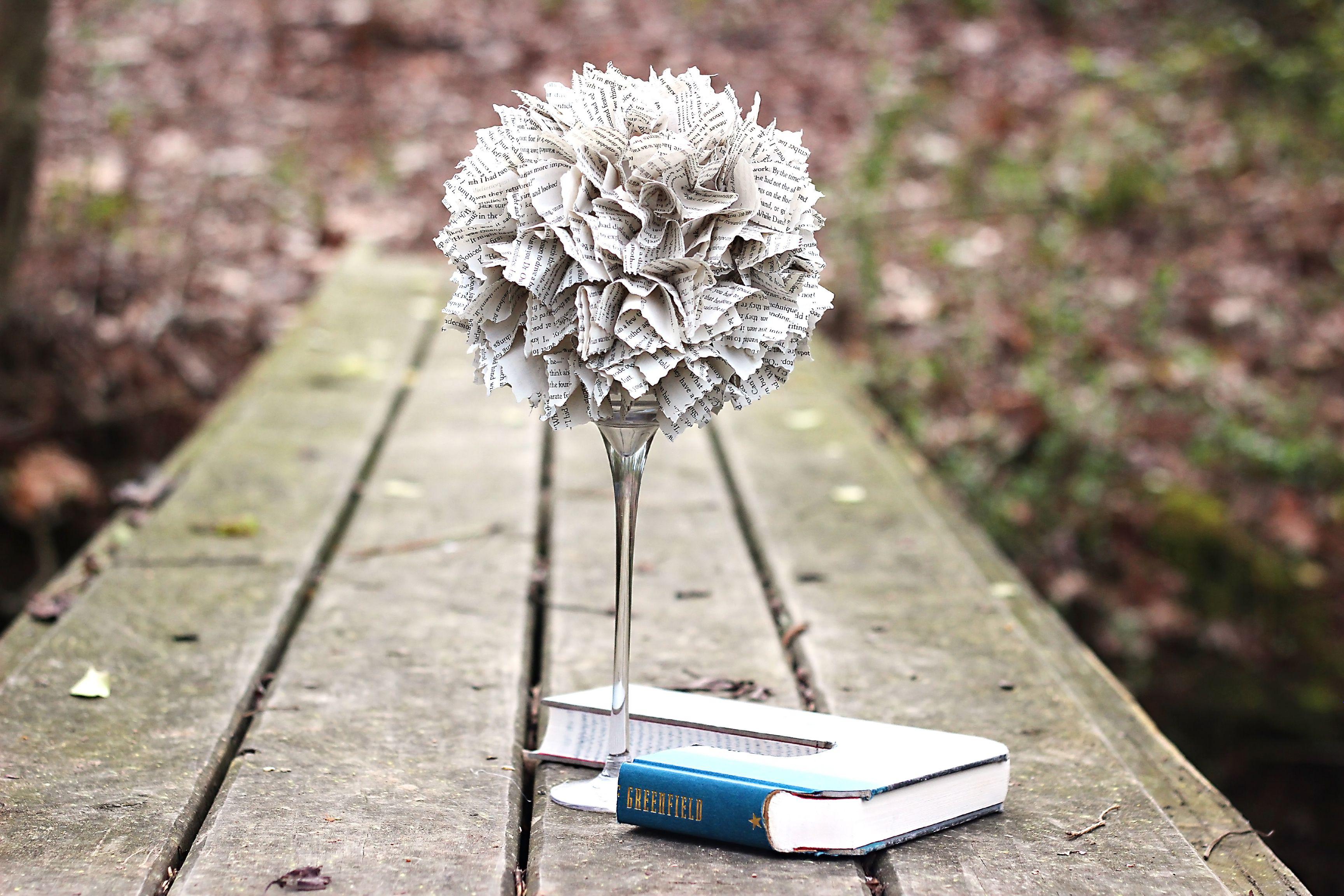 Un topiario hecho de páginas de libros