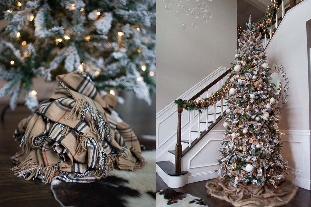 Árbol de Navidad cerca de las escaleras con una base de bufanda