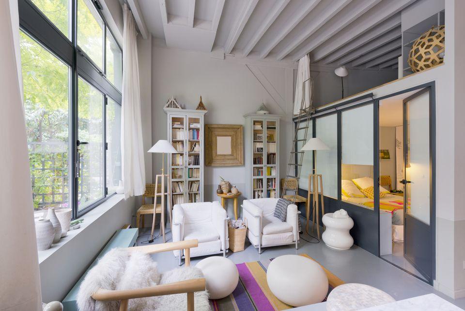 Salón contemporáneo. Desván. Apartamento de estudio. Dormitorio