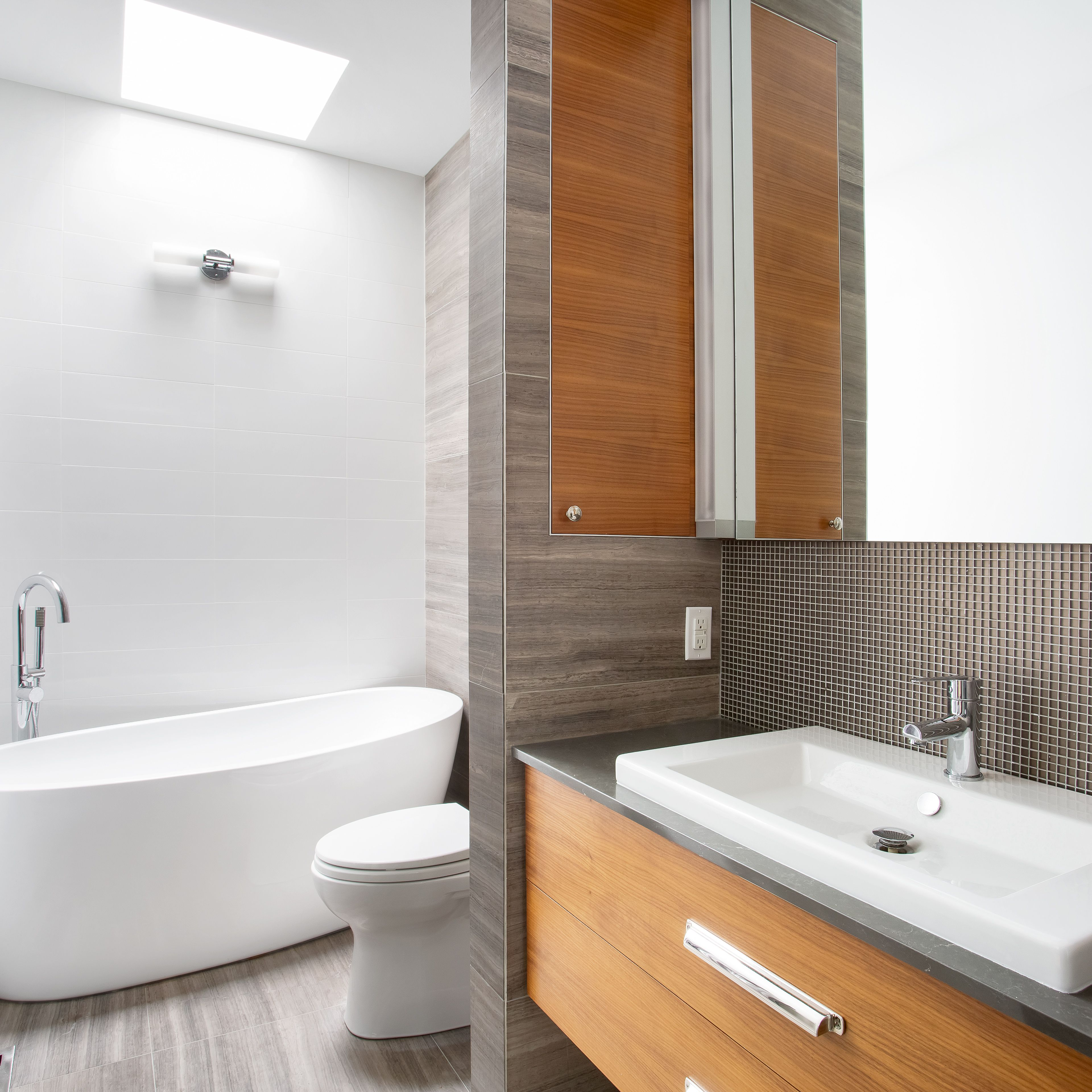 Image of: 11 Amazing Before And After Bathroom Remodels