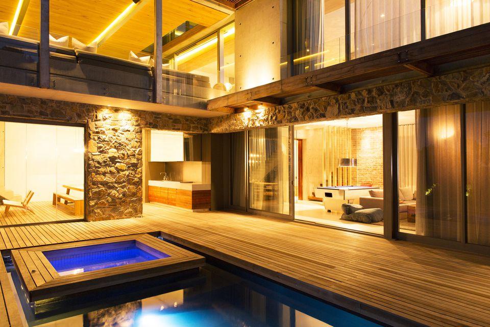 cubierta con jacuzzi y piscina