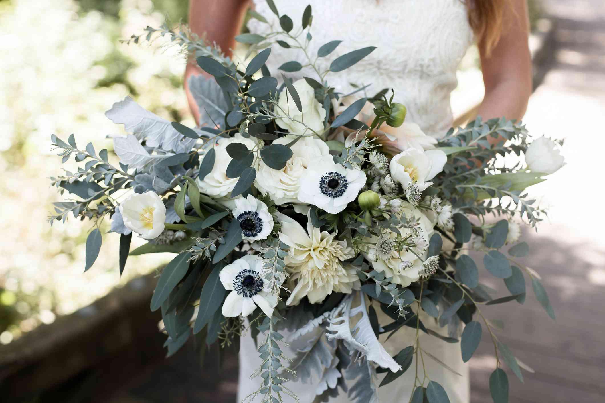 Ramo de novia blanco con vegetación