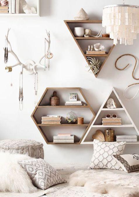 Decoración de dormitorio con estanterías de pared