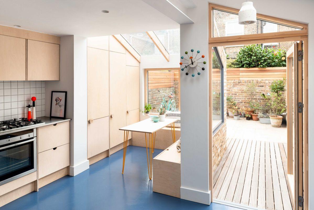 cocina elegante en madera natural con piso de goma azul