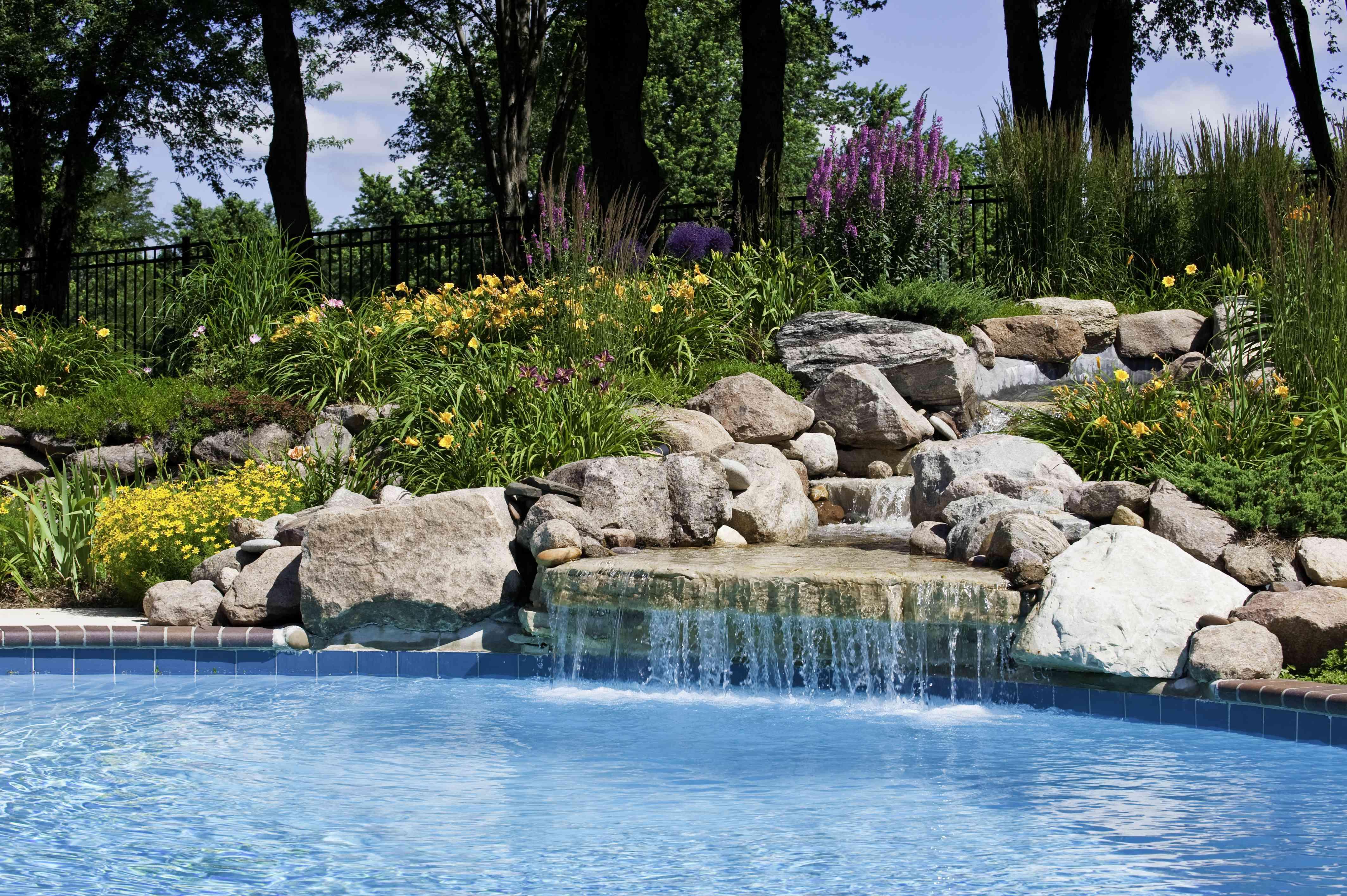 La hermosa piscina de una cascada con rocas