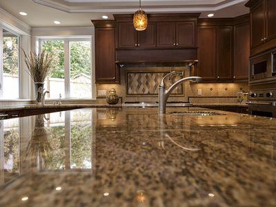 Should You Choose Quartz Or Laminate Kitchen Countertops
