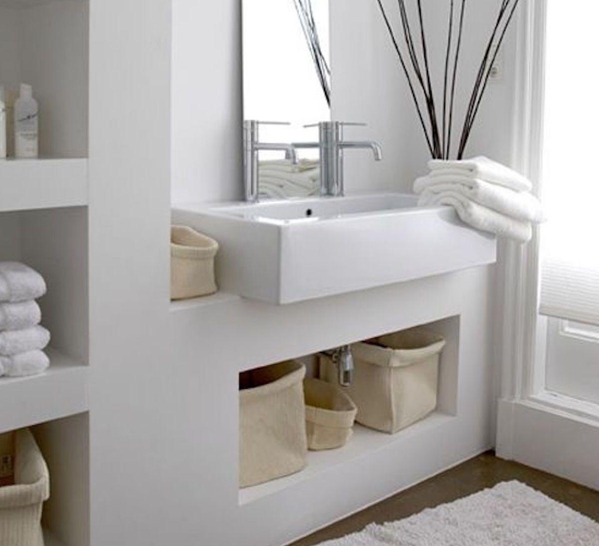 Arte de la pared en un baño blanco