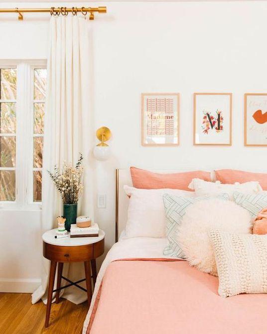 Dormitorio con colcha de coral