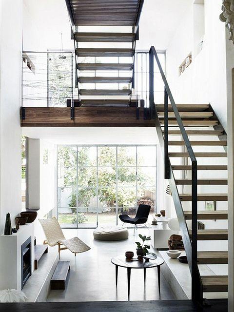 Una moderna casa de dos pisos con paredes blancas