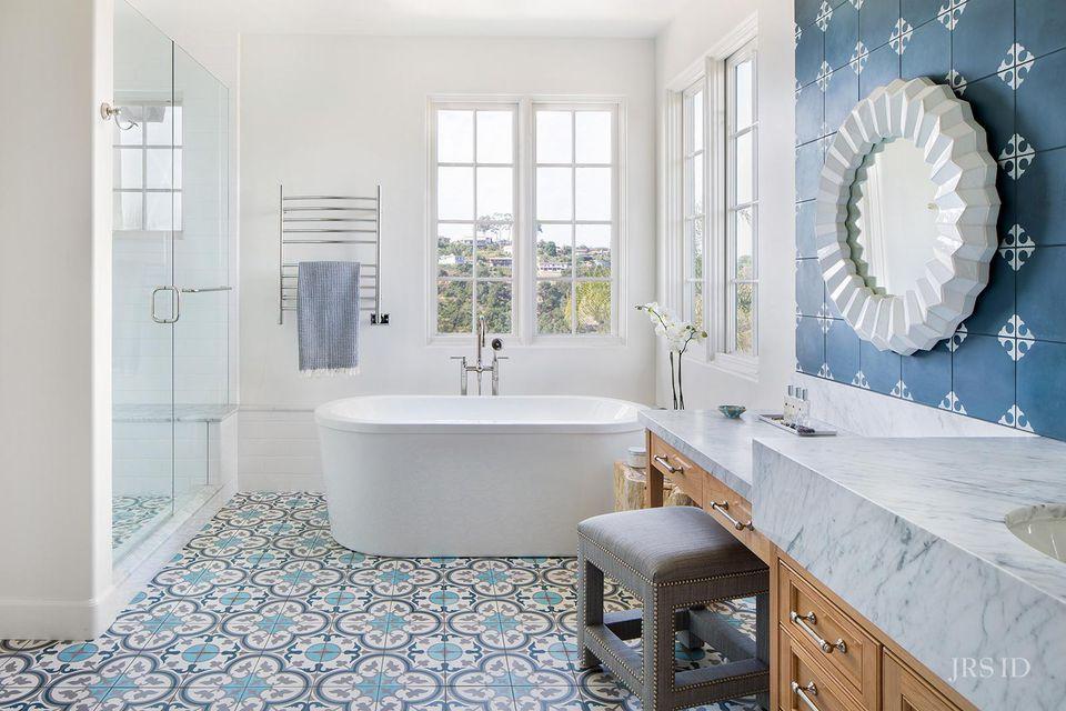 Baño de azulejos azules