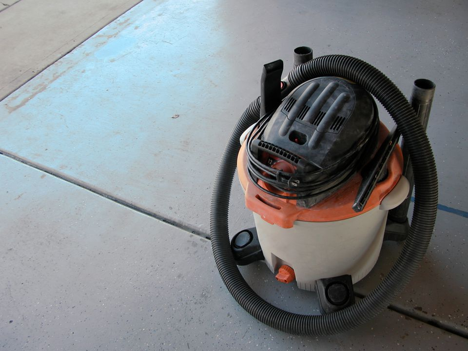 a shop vacuum sitting on the garage floor