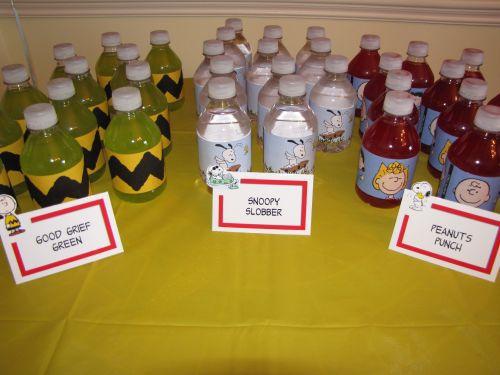 Una foto de bebidas en una fiesta de cumpleaños temática de Snoopy