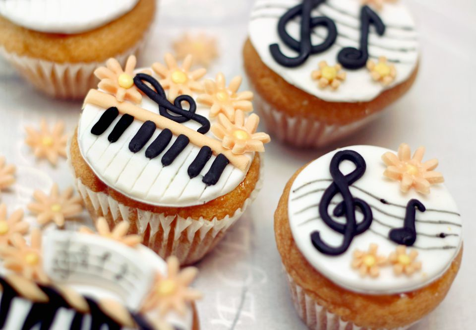 Cupcakes with fondant. Piano & treble clef.