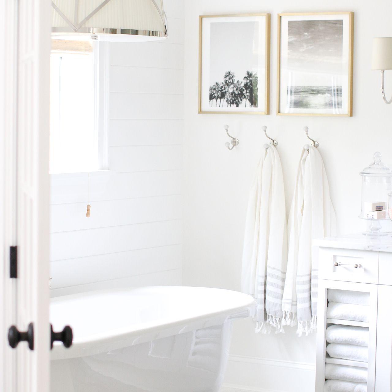 baño con obras de arte simples