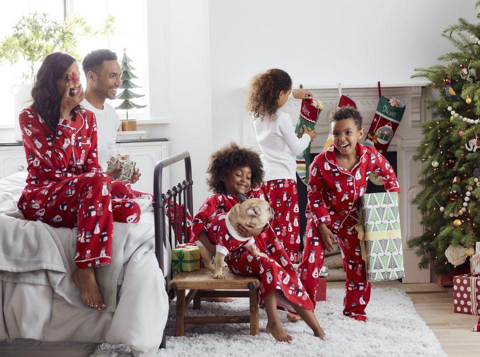 Familia abriendo regalos en la mañana de Navidad
