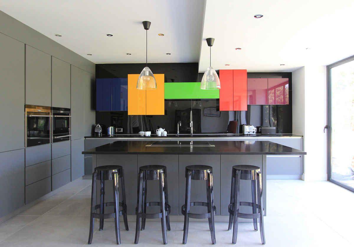 Cocina rústica colorida y loca con pared de pizarra