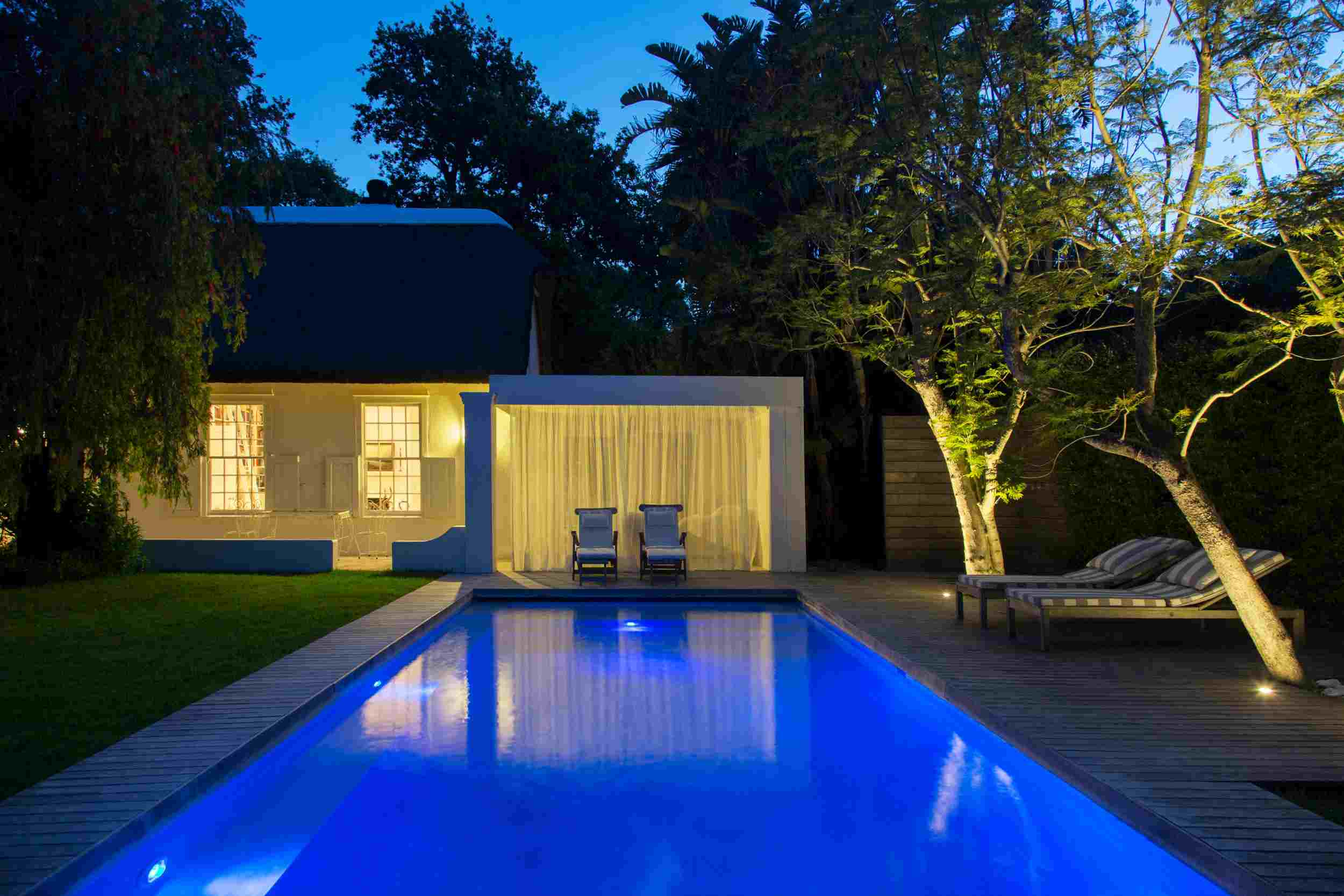piscina y terraza en la noche