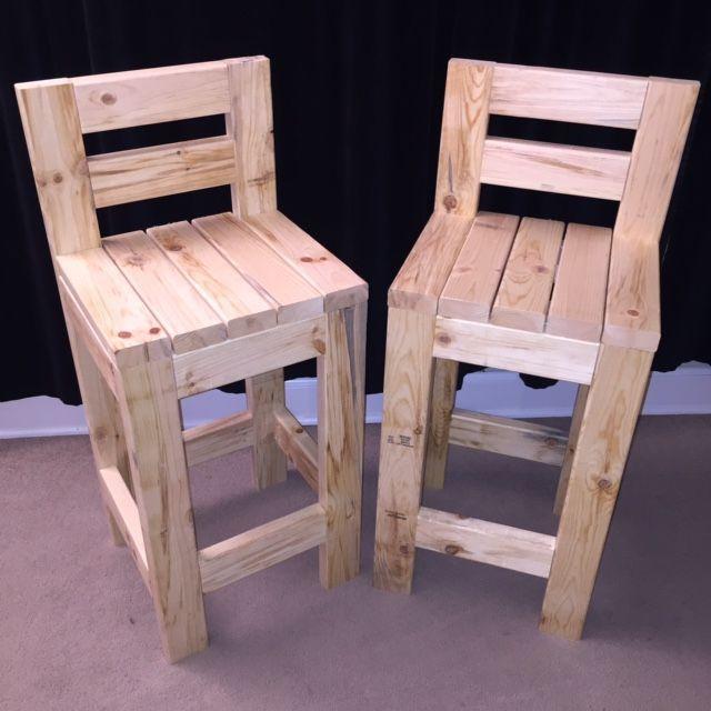 Dos taburetes de madera maciza