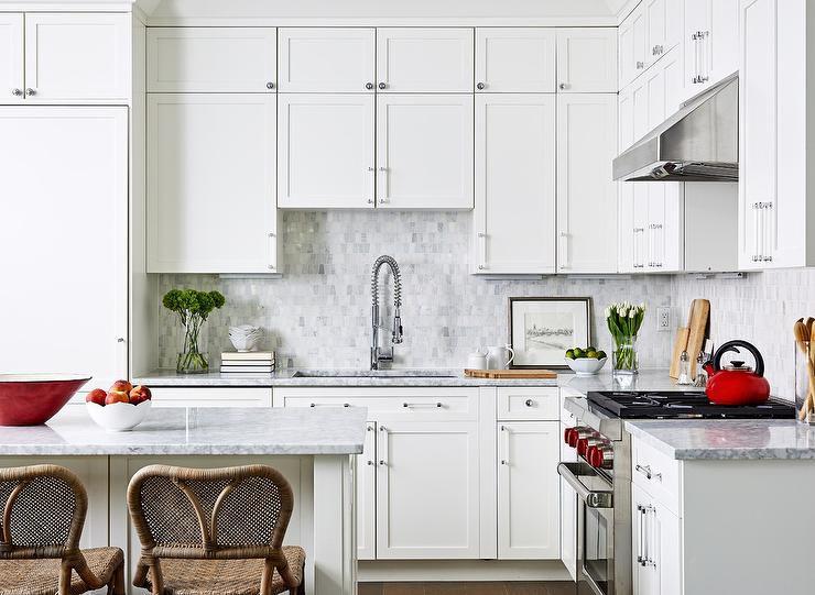 mini placa para salpicaduras de azulejos de mármol gris diminuta en una cocina blanca