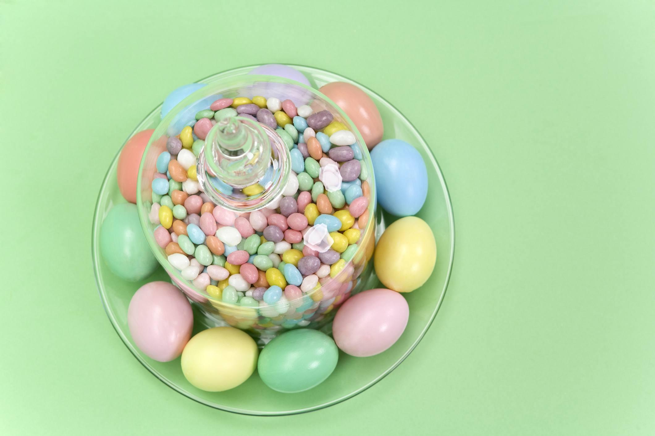 centro de mesa de huevo de pascua y gominolas