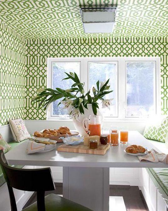 Rincón de desayuno con papel tapiz estampado