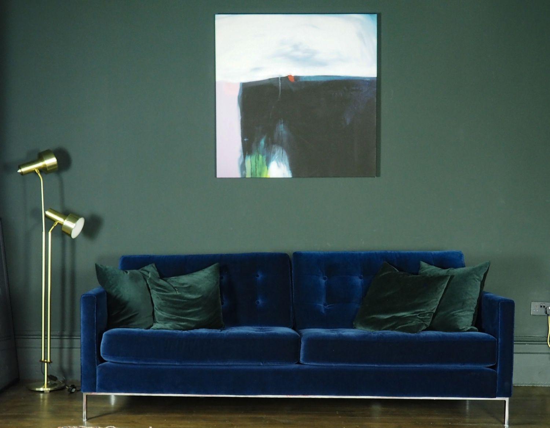 Sillón morado en una habitación azul marino . Dormitorio azul marino y blanco.