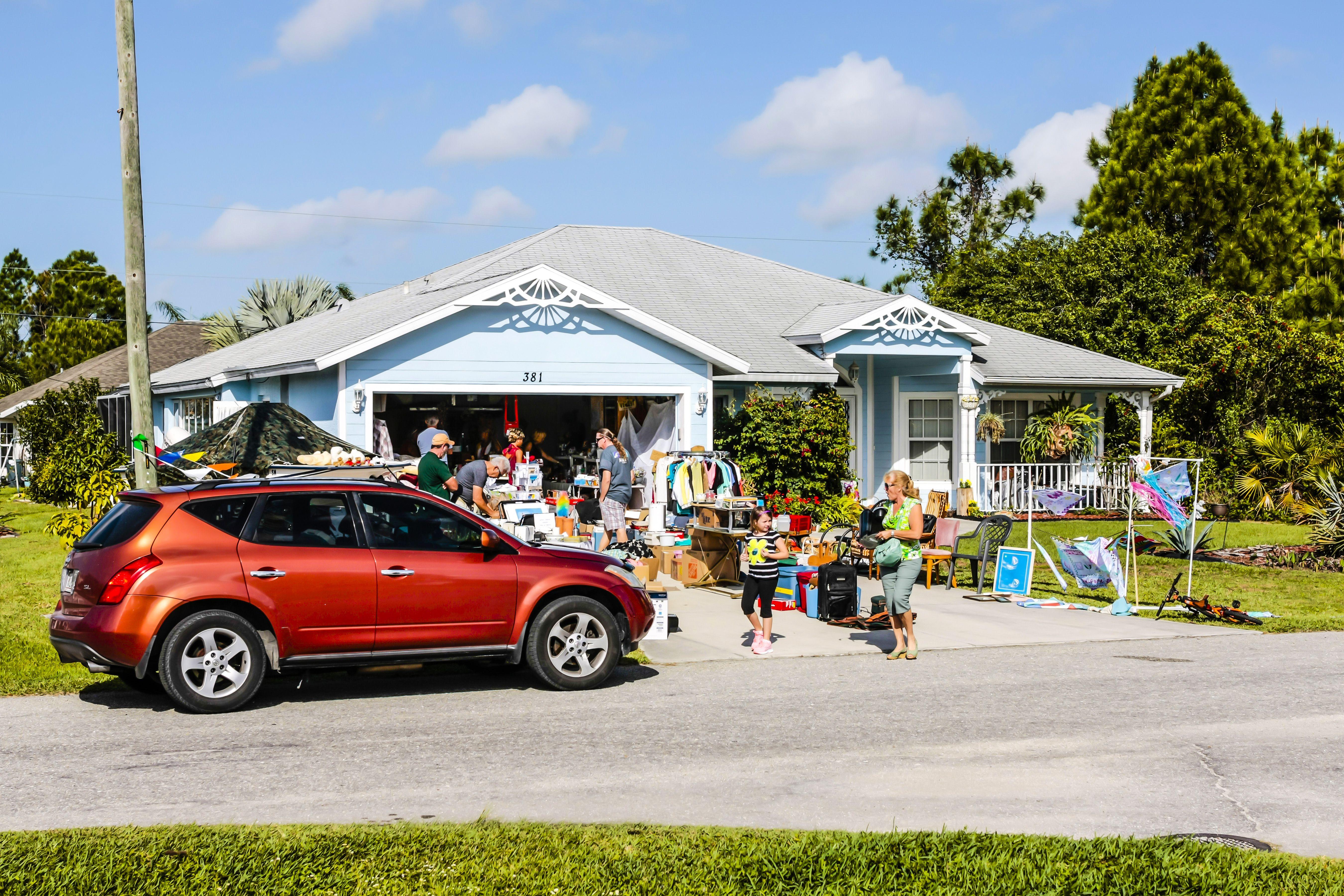 Personas que visitan una venta de garaje en Port Charlotte Florida