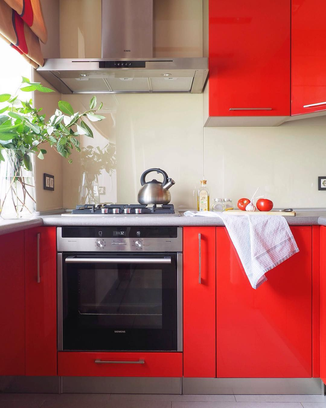 Shiny bright red kitchen cabinets