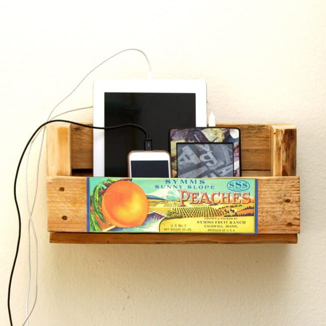 Un estante con teléfonos e ipads