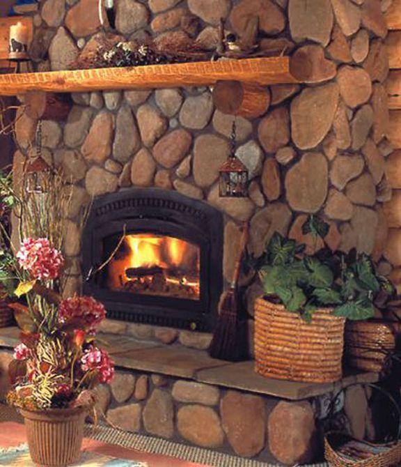 chimenea de piedra River Rock con manto de madera
