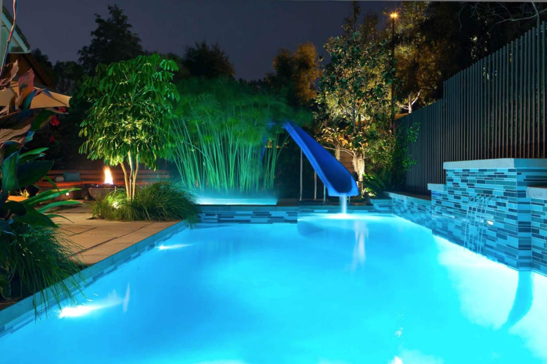 hermosas características del agua de la piscina