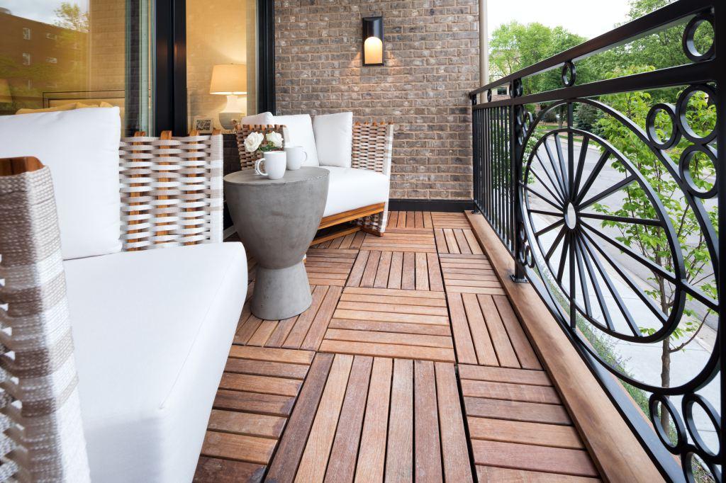 paneles de teca en el balcón
