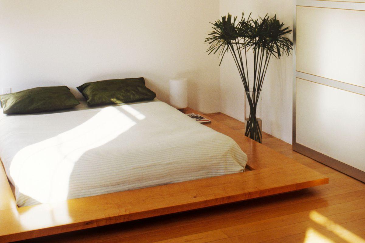 Angular platform bed