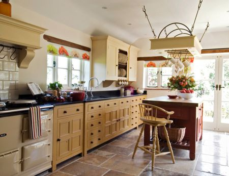 Freestanding Cabinets fer a Classic Kitchen Look