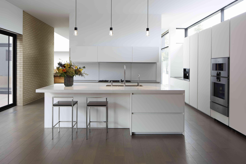 Blanco y elegante grande cocina moderna