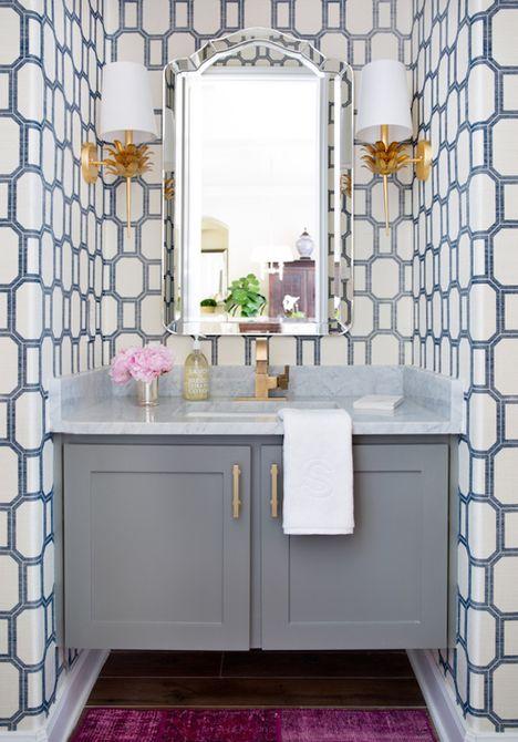 Baño pequeño con papel tapiz hermoso